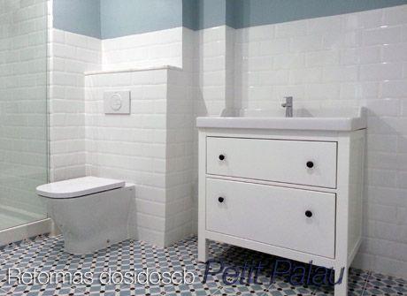 Reforma de un ba o vintage alicatado a media altura con azulejos metro blancos biselados y - Alicatado banos pequenos ...