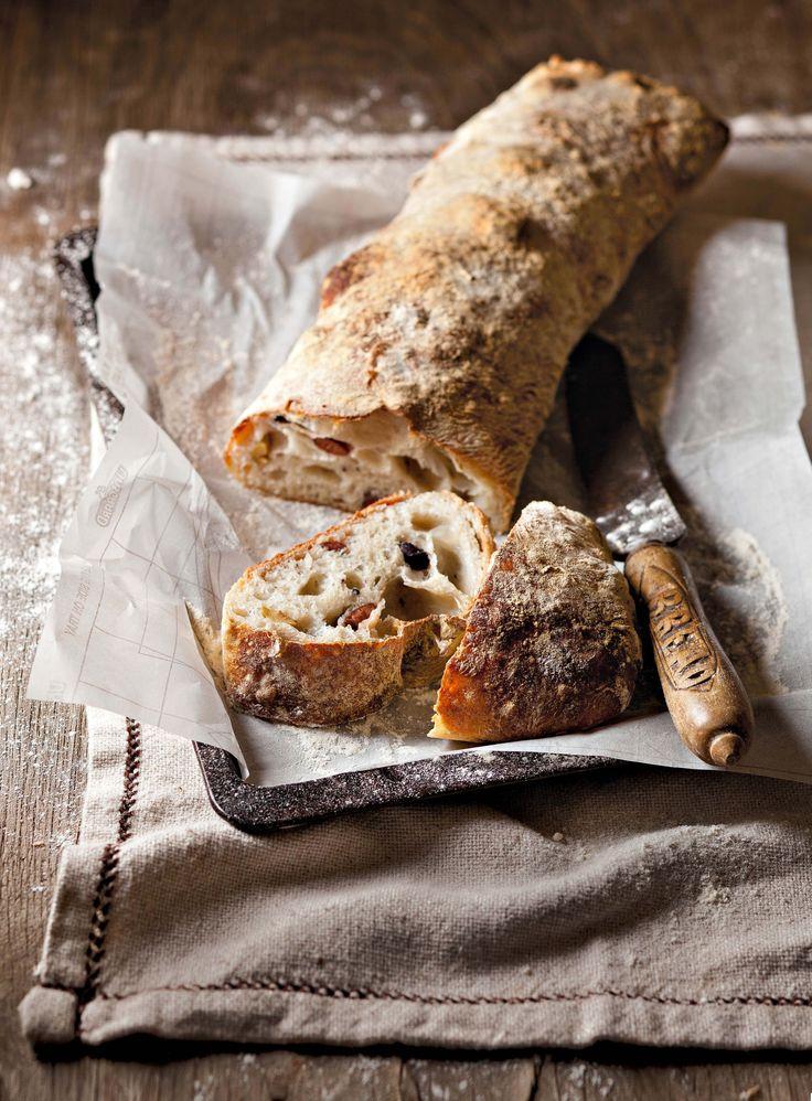 """Ciabatta is daai taai brood met die groot rysgate. Die naam beteken letterlik """"pantoffel"""" en verwys na die vorm van die brood. Vir dié resep gebruik jy 'n elektriese menger. """"Brood is die koning van die tafel en ales anders daarop is die koninklike hof wat die koning omring."""" - Louis Bromfield, Amerikaanse skrywer"""