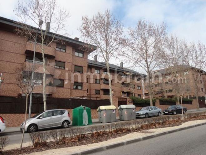 Piso en la localidad de Boadilla del Mónte con 140 m² repartidos en 3 habitaciones, 1 baño completo, salón comedor con terraza y cocina independiente amueblada. Urbanización cerrada con piscina y zonas ajardinadas.