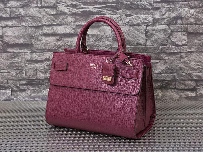 warum nicht mal in Weinrot Akzente setzen? #Damenmode #Accessoires #Handtasche #Weinrot #Guess