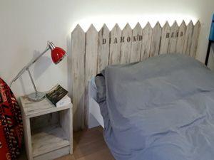 T te de lit avec esprit surf finition us e et barri res de plage petite table de nuit - Tete de lit table de nuit ...