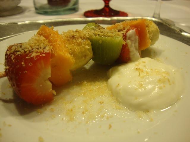 Espetadas de Fruta com Iogurte Grego e Coco Torrado    @ http://paracozinhar.blogspot.pt/2013/01/espetadas-de-fruta-com-iogurte-grego-e.html