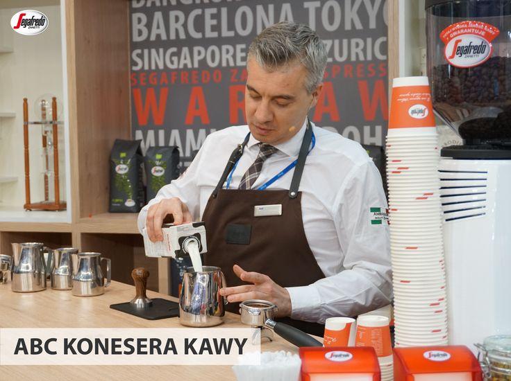Wszystkim fanom kaw białych przypominamy, że do spieniania najlepiej używać mleka pełnotłustego i chłodnego. Gładka pianka powinna uzyskać 60 stopni C. #segafredo #segafredozanetti #segafredozanettipoland #poradybaristy #abckoneserakawy #kawymleczne #spienianiemleka #mleko #kawa #coffee #coffeetime