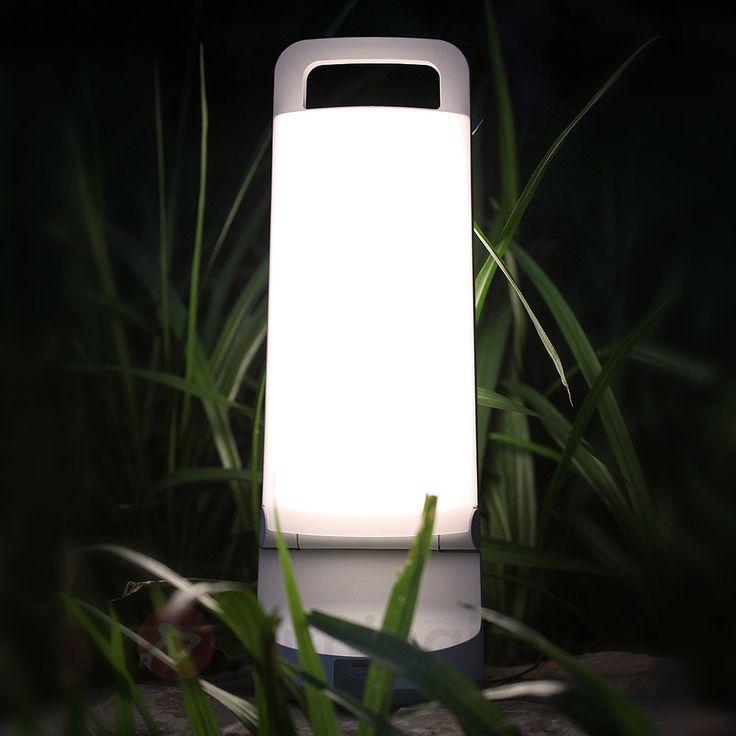 Dragonfly est une lampe solaire toute particulière. Les deux panneaux solaires monocristallins se trouvent à l'intérieur de la lampe - la lampe doit être ouverte pour pouvoir être chargée pendant la journée. Si par hasard le soleil ne brillait pas, la lampe à poser de jardin portable peut être également rechargée au moyen d'un câble USB branché sur une prise de courant