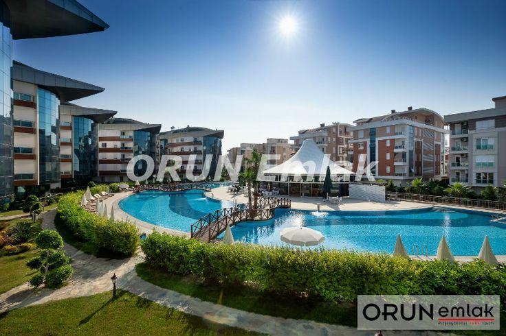 Antalya'da Günlük Kiralık Residence  Antalya'nın mavi bayraklı Konyaaltı Plajı'na yalnızca 10 dakikalık yürüme mesafesindeki lüks site içinde ortak özellikler, 24 saat güvenlikli, kameralı, büyük yeşil bir bahçe ile çevrili tesiste açık, kapalı yüzme havuzu, spa merkezi, spor aktiviteler için basketbol ve voleybol sahaları  Daireler modern mobilyalarla zevkli biçimde dekore edilip, klima, Lcd tv uydu, ücretsiz wi-fi var, Bulaşalık ve çamaşır makinesi, Ankastre mutfak araç ve gereçleri…