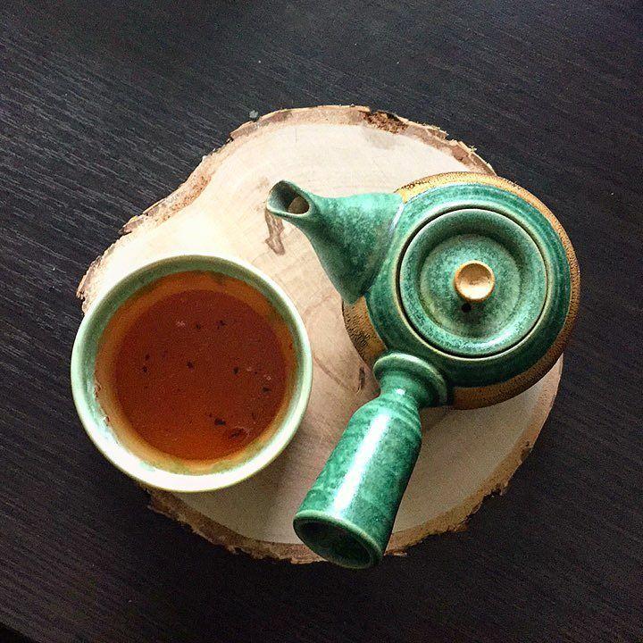 Poranna herbata przed praca. Polowa tygodnia za mna. W czarce ostatni napar z czarnej gruzińskiej herbaty Pana Ramiza. #herbata #czarnaherbata #sniadanie #dziendobry #pobudka #jakzaczacdzien #ziew #tea #czasnaherbate #piewcyteiny