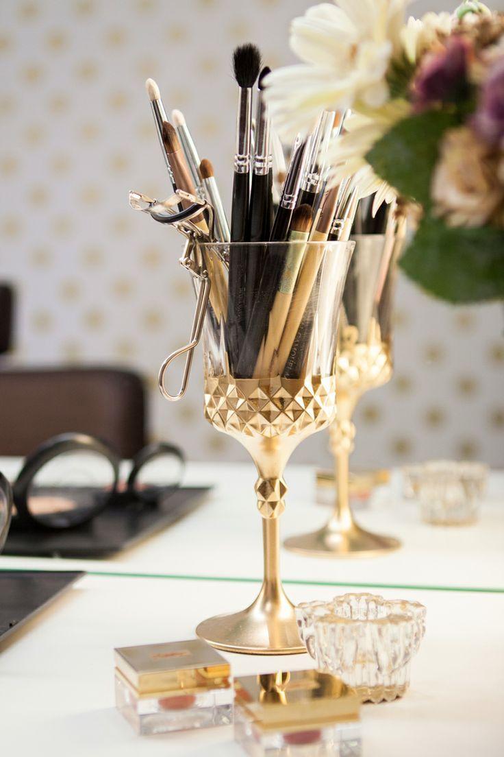 Para organizar os pincéis de maquiagem com estilo, passe tinta spray dourada (ou outra cor de sua preferência) na base de uma taça. #organização #organizar #makeup