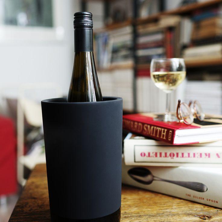Der selbstkühlende Weinkühler aus prämierten Magisso - Self Cooling Collection - ist ein eleganter Flaschenkühler für zu Hause oder die Bar.