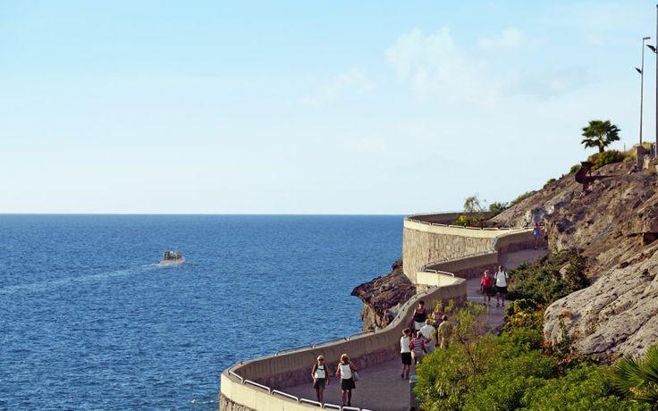 Fra Puerto Rico til den Caribisk-inspireret strand Amadores, kan du gå på en sti langs havet mellem de to steder, og det er en fantastisk måde at opleve kysten på. Se mere på www.apollorejser.dk/rejser/europa/spanien/de-kanariske-oer/gran-canaria