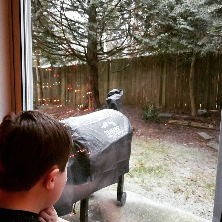 It's Beginning to Look Alot Like Christmas ❄#snow❄️ #pnw #jameswatchingthemagic #waweather #traeger Reposted Via @mrs.mager.now