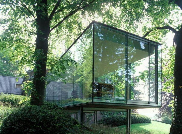 Dit glazen volume, als aanbouw bij een bestaande woning, dient als werkplek maar is tegelijk ook ideaal om van de tuin te genieten. Door de glazen doos op palen te plaatsen lijkt het volume wel een boomhut of uitkijktoren.© Lens°Ass Architects - Photo: Philippe van Gelooven