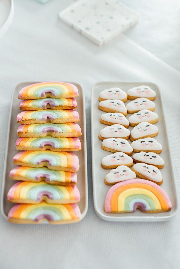 Des biscuits en forme d'arc-en-ciel et de nuages avec des yeux