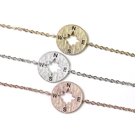 Kompass-Anhänger-Armband.  -neu -Anhänger: ca. 15mm/0,59  -Gesamtlänge: ca. 6,5(inklusive Anhänger + Karabinerverschluss) + 1,18 (Extender Ketten) -Matte Gold oder Silber oder Roségold plattiert über Messing  Sie können eine Option für Ihr Armband auswählen.  Darüber hinaus haben wir Kompass Armband personalisiert. https://www.etsy.com/listing/398519257/personalized-compass-bracelet-wanderlust?ref=shop_home_active_1   Klicken Sie hier auf andere Armband zu sehen…