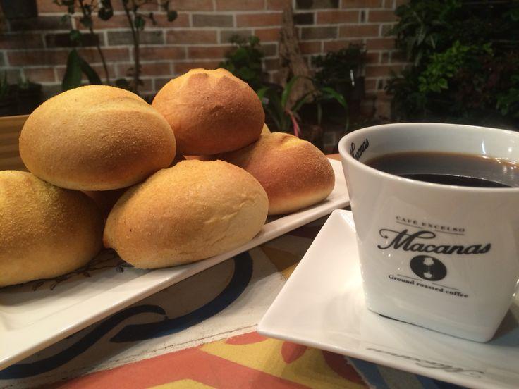 Pan de maíz con café americano en @dulcesdeljardin