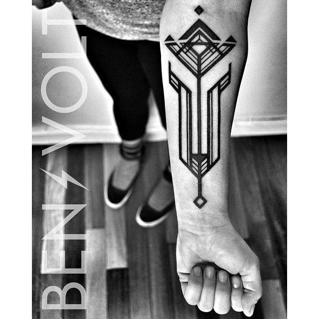 """A #faceted #abstract #geometric #artdeco #tulip for Whitney. Thank you so much! It was a pleasure hanging out today! :) #benvolt #blackwork…"""