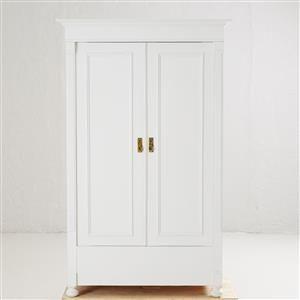 KLÄDSKÅP, 1900-talets första hälft, gustaviansk stil, vitbemålad, inredning med klädstång och hylla samt krokar av trä, höjd ca 187,5-x117x63 cm, nyckel medföljer