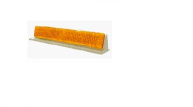 La tira reflejante V-016 de vialidad está fabricada en acrilico y ABS. La mayor reflectividad del mercado Diseño especial para barreras y muros de contención