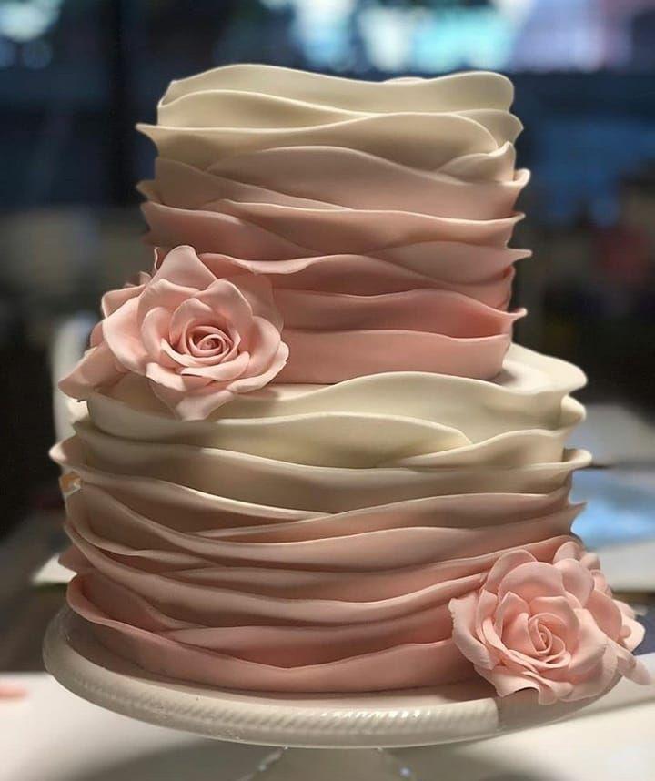 Lindíssimo bolo decorado com técnicas de babado e degradê para inspirar s …  – Cakes