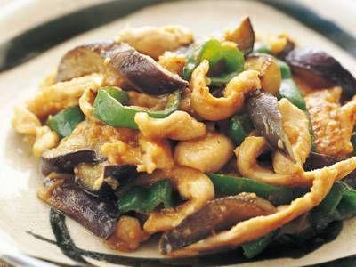 堀江 ひろ子さんの「鶏肉となすのスタミナ炒め」のレシピページです。淡泊な味わいの鶏むね肉を、スタミナたっぷりのにんにくみそで炒めて、しっかり味のおかずにします。 材料: 鶏むね肉、なす、ピーマン、にんにくみそ、しょうゆ、かたくり粉、サラダ油、ごま油