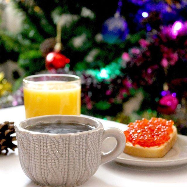 : 1 января нового года.  В прошлом году я решила завести новую традицию: первый завтрак нового года выглядит так - крепкий сладкий чай бутерброд с красной икрой и свежевыжатый сок. Второй год первое утро нового года начинается так :) Мне нравится этот ритуал  А у вас есть какие-нибудь ритуалы и традиции?