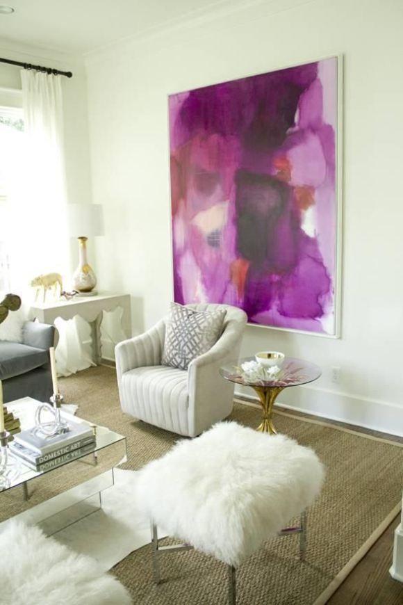 Salón blanco con cuadro orquídea radiante
