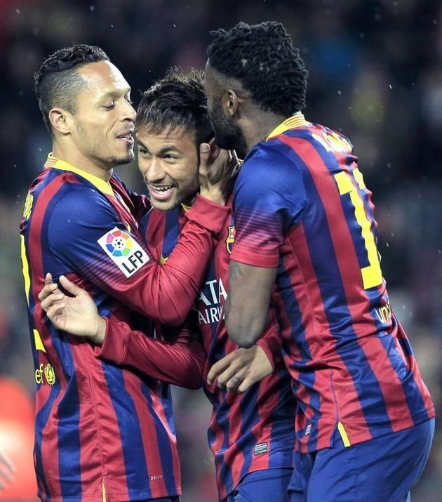 GRA412. BARCELONA 26/03/2014.- El delantero brasileño del FC Barcelona Neymar da Silva (c) celebra con sus compañeros Adriano Correia (i) y ...