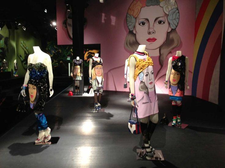 O Summer2014 da Prada foi desenvolvido a partir de obras de muralistas e ilustradores – os murais que estavam nas paredes da sala do desfile apareceram nas roupas e, de repente, o universo esportivo se misturou com bordados, pedras brilhosas e peles. A coleção tem caracter feminista e a ideia principal é a necessidade da …