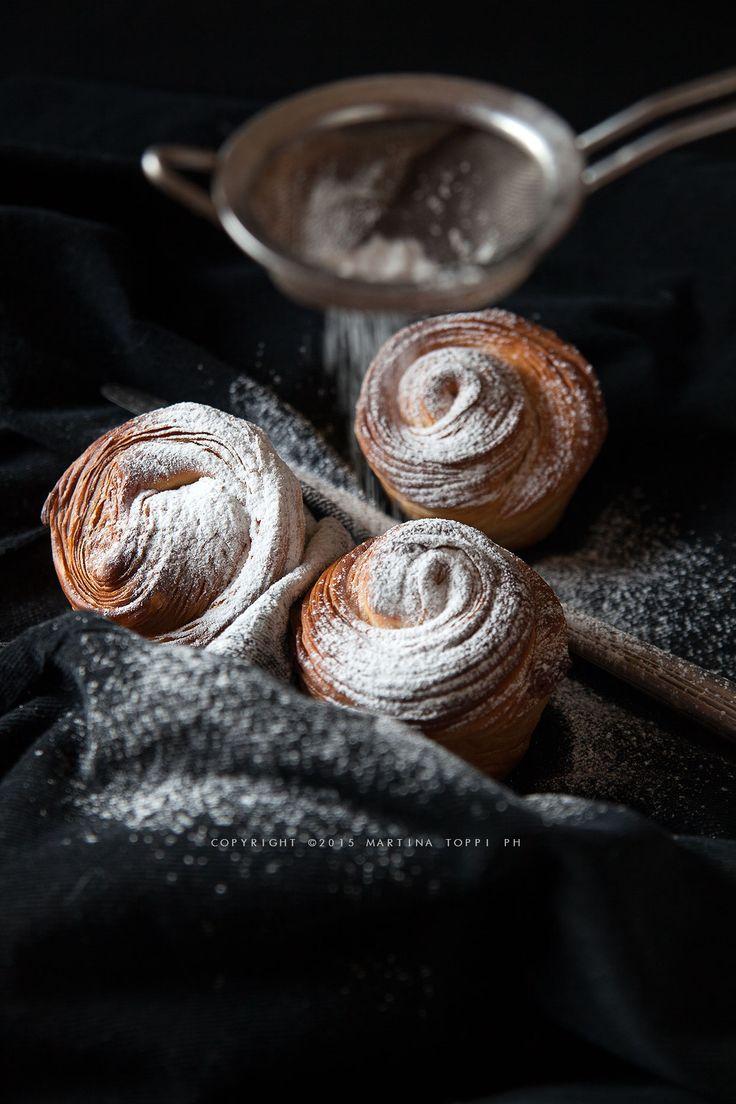 I cruffin sono dei croissant vestiti da muffin, un connubio perfetto tra la friabilità del croissant sfogliato e le morbide forme del muffin.
