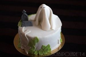 "Halloween 2014- Haunted Cake- La torta infestata.  Simpatici fantasmi infestano un cimitero le cui lapidi augurano ""Felice Halloween"". Some cute ghosts haunt a cemetery where the tombstones whish you ""Happy Halloween""!"