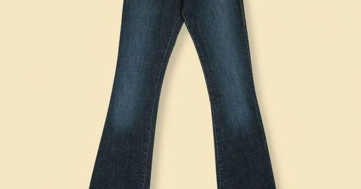 Cómo desteñir pantalones de jean. Es muy fácil transformar tus vaqueros comunes en desteñidos. Utiliza estas simples técnicas para desteñir tus pantalones de jean para que luzcan a la moda.