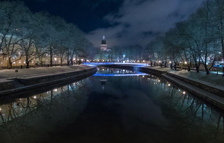 Itsenäisyyden juhlavuosi alkaa olla lopuillaan. Kirjastosilta hohtaa sinivalkoisena uudestaan vielä uudenvuodenaattona. Tervetuloa ihastelemaan sitä ja vuoden päättävää ilotulitusta. Rauhallista ja turvallista vuodenvaihdetta! #turku - Turun kaupunki (@Turkukaupunki) | Twitter