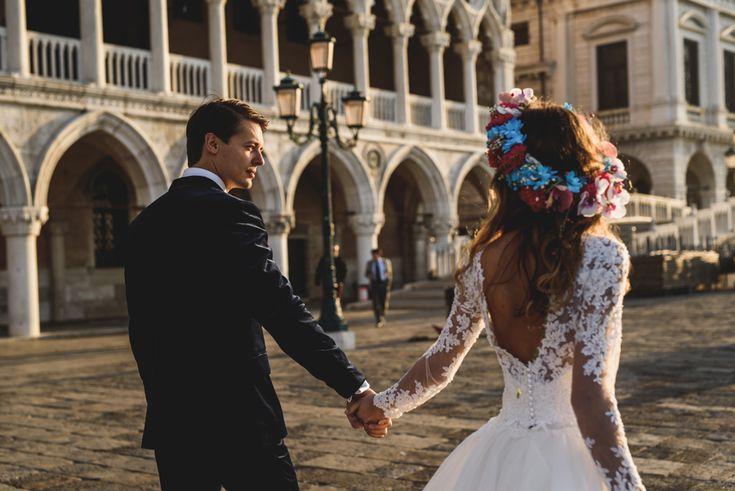 Nigdy nie nakręcaliśmysię na plener ślubny w Wenecji, bo przecież dużo lepiej czujemy się w naturze, na otwartej przestrzeni. Z perspektywy czasu wiemy, że byłby to niesamowity błąd, ponieważ to miasto oczarowało nas kompletnie! Malowniczo zdobione budynki położonenad lazurem…