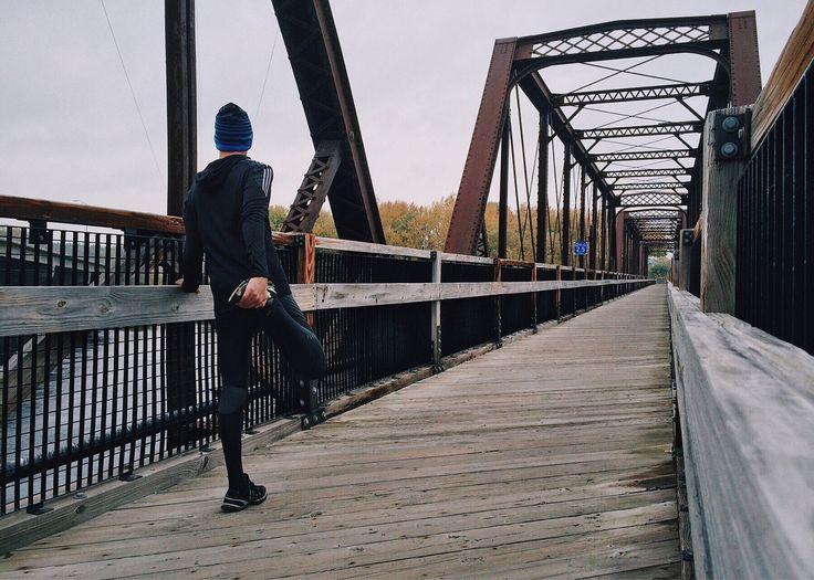 O fortalecimento muscular é uma parte fundamental no treino da corrida. Os benefícios da sua prática passam por preservar a massa muscular, prevenir lesões, melhorar a postura e proteger as articulações, bem como conseguir uma maior eficiência na corrida.