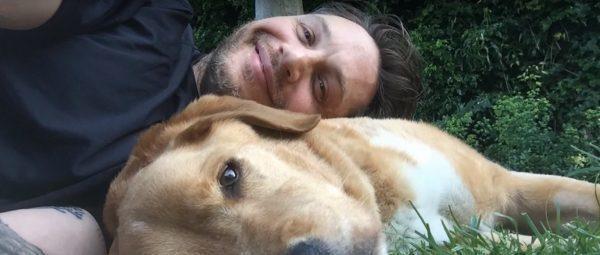 Том Харди похоронил своего лучшего друга https://dni24.com/exclusive/133418-tom-hardi-pohoronil-svoego-luchshego-druga8205.html  В семье голливудского актера Тома Харди большая потеря — умерла любимая собака Вудсток, которой было всего шесть лет. Знаменитость несколько лет назад подобрал щенка на улице и за эти годы привязался к нему и называл его настоящим другом. Вудсток был верным спутником Харди, они вместе даже появлялись на съемках фильмов и телешоу.