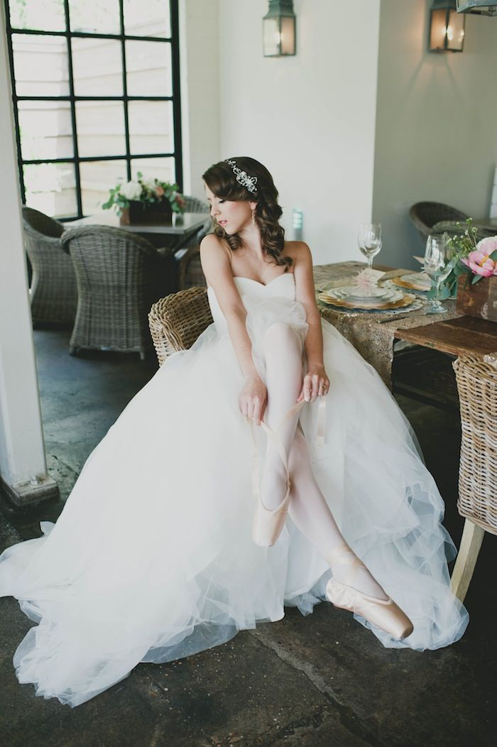 Ballerina Bride In Pointe Shoes And A Vera Gown Photography By Http