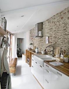 Mur de brique et de pierre dans une cuisine en longueur …