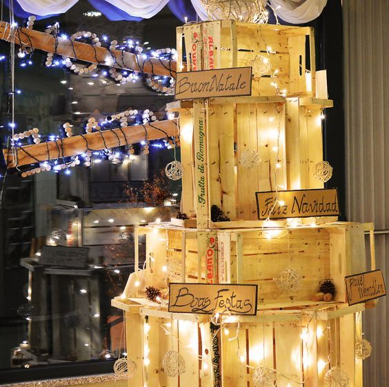 Decorazioni natalizie con cassette di legno e pallet