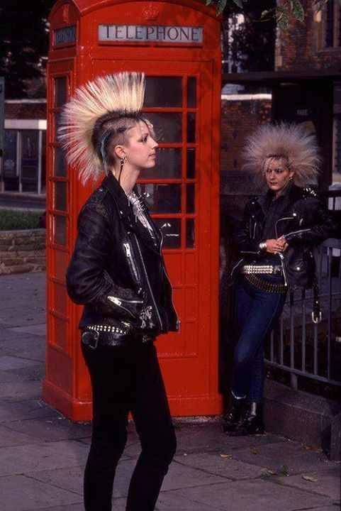 London Punks (late 70's/ early 80's) kieur tóc cho phong cách PUNK ấn tượng nhưng dị dạng và khó hiểu . những items không thể thiếu với họ là quần skinny bó sát và áo da