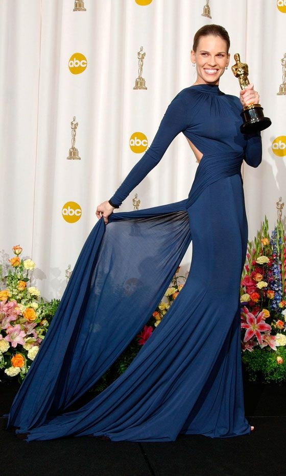 Conoce los mejores vestidos de los Oscar de todos los tiempos. Hillary Swank en 2005 por Laroche