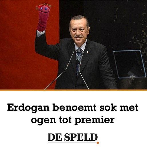 Turkije heeft een nieuwe minister-president. Recep Tayyip Erdoğan heeft een stel knopen op een sok genaaid het ding op zijn hand gezet en benoemd tot minister president. Ik heb er alle vertrouwen in dat meneer Sok een trouwe rechterhand zal zijn sprak de Turkse president op een persconferentie. De benoeming van meneer Sok is enigszins omstreden. Voordat hij minister-president werd heeft hij nooit een hogere functie bekleed dan een waslijn op het balkon. #erdogan #turkije #despeld by de_speld