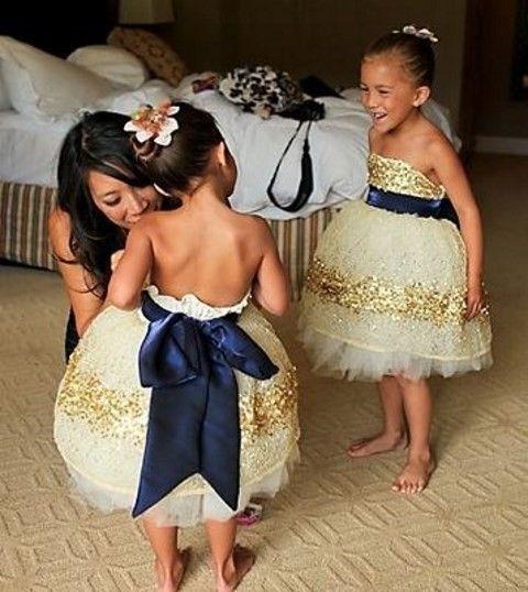 Mariage bleu marine et or : la robe des petites demoiselles d'honneur / enfants du cortège
