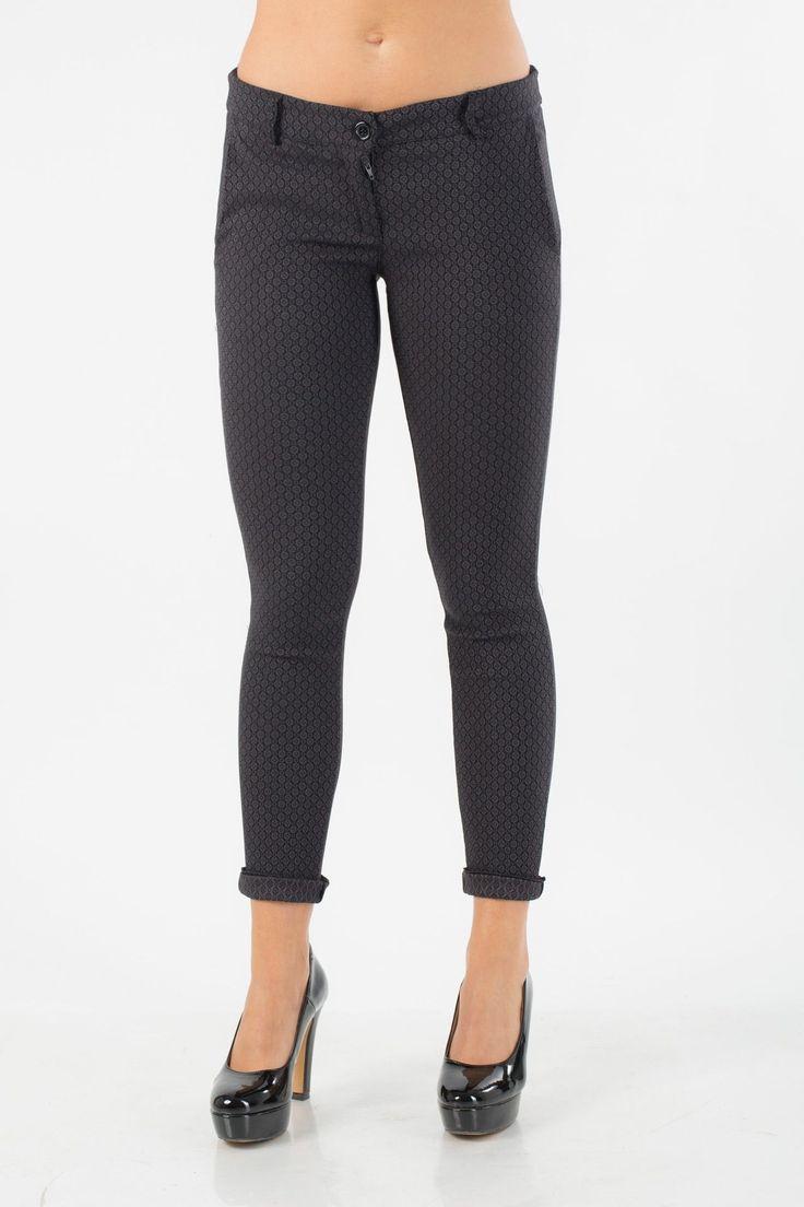 Pantalone cicca in tessuto stampato con tasche a filetto sul davanti e a scomparsa dietro.