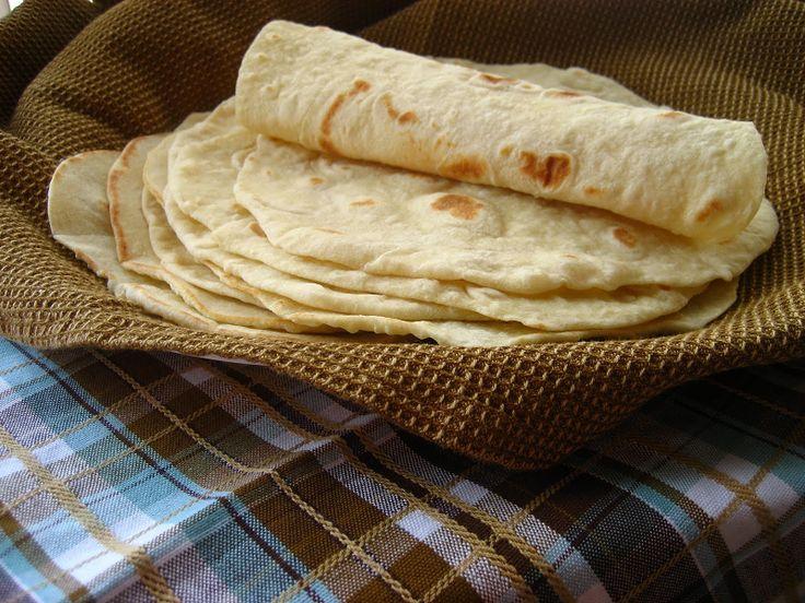 Кукурузные лепешки не только вкусны сами по себе, но и хороши с различными наполнителями. Попробуйте приготовить тонкие мексиканские тортильи, в которые можно завернуть любую начинку или густой латиноамериканский соус. Или сделайте толстые лепешки из кукурузной муки по рецептам кавказских поваров.