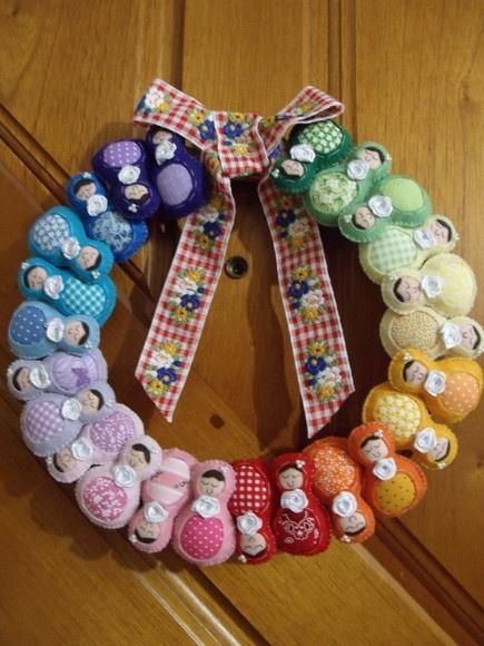 Guirlanda com matrioskas feitas de feltro, todo o trabalho é costurado à mão, sem uso de cola e máquina! Esta fita está esgotada!!!Pode ser feita com a cor e o tecido de uma das roupas da matrioskas ou toda de matrioskas, Produto exclusivo Dani Terra. R$120,00: Crochet Dolls, Russian Dolls, Babushka Dolls, Matryoshka Vicious, De Matriochka, Nests Dolls, Matryoshka Dolls, Dolls Patterns, Russian Matryoshka