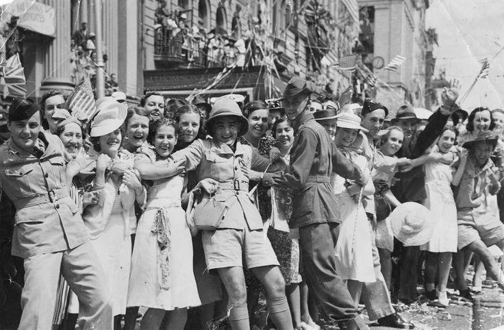 Crowd greeting the Americans, Queen Street, Brisbane, 1941