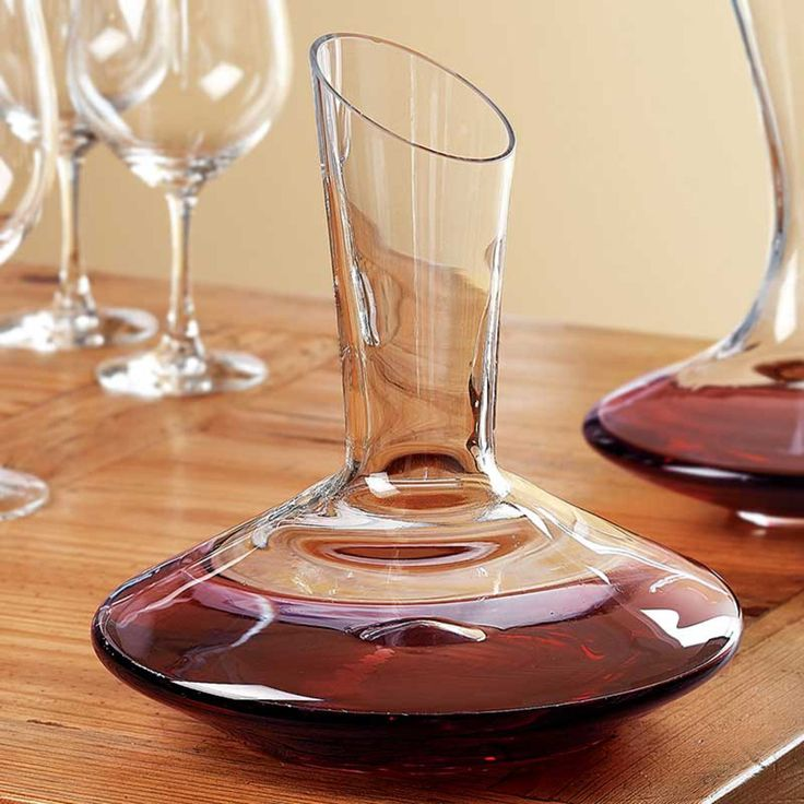 The Eisch Dripless Captain's Decanter gives the perfect pour every time.   The specially-treated, hydrophobic non-leaded glass surface keeps those final drops inside the decanter and off of your table.  Serve in style.  Specifications : Capacity: 66 Oz Size: 9 1/2 inches wide (base) x 10 inches tall