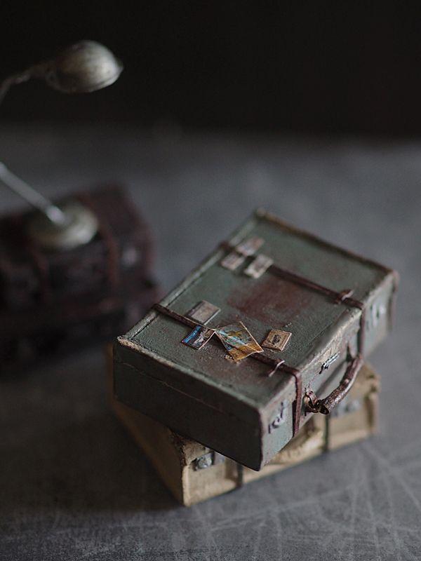ミニチュアトランクを作ってみました。紙でつくる? 皮でつくろうか・・ とりあえず家にある素材でトランクを見ながら試作品を制作。くたっとしたアンティークトラ...