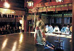 尾山神社の巫女、舞奉納 高岡・御印祭