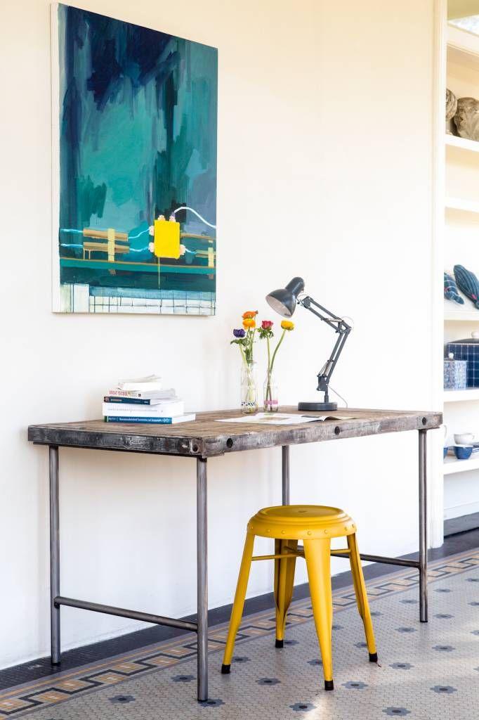 Deze industriële bureautafel heeft een origineel blad afkomstig uit steenfabrieken. Het luchtige stalen onderstel van ruwstaal maakt het helemaal af.