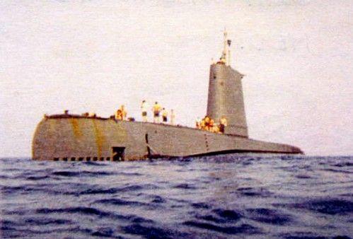 """O USS Odax - SS 484, dando uma """"paradinha"""" para a tripulação tomar um sol, no intervalo de exercícios em junho de 1969, no Mediterrâneo. (foto via: www.ussodax.com)."""